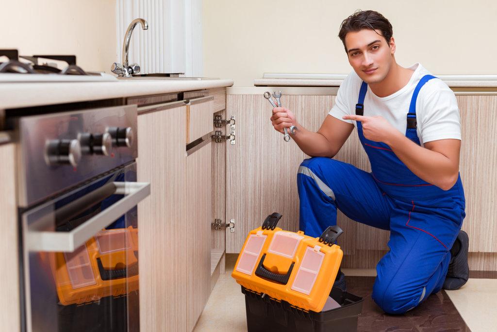 キッチンの排水溝がつまったときに専門家に依頼するタイミング