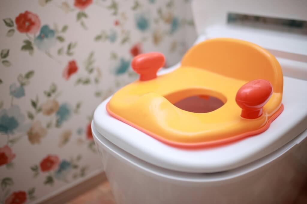 子どもがトイレを使用する際は見守る